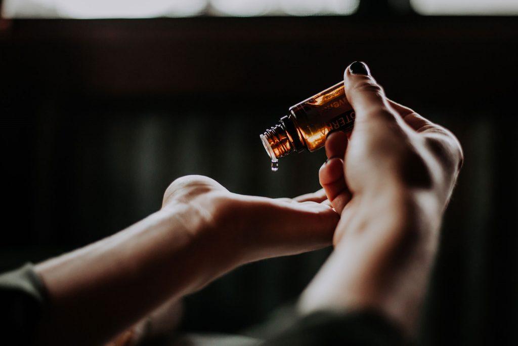 mains-huile-les-sens-de-nelumbo